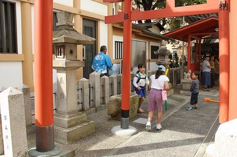 神社で遊ぶ平成っ子.JPG